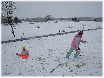 雪の公園でソリ遊び