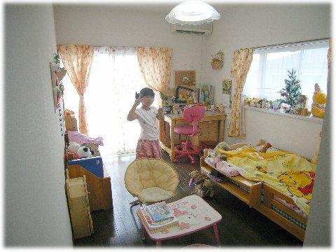 妹の部屋 漁夫の利を得た下の娘はガッツポーズ。こちらは西日とはいえ出窓があるしー。... お姉ち